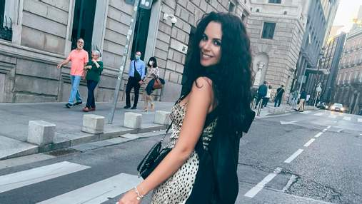 Настя Каменских гуляла по улицам Мадрида в леопардовом мини-платье: фото