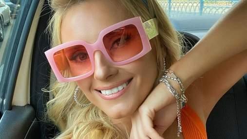 Ирина Федишин увлекла осенним образом в оранжевом платье: атмосферное видео