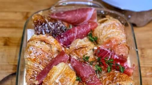 Сытный завтрак из круассанов, запеченных в духовке: рецепт с сыром бри и прошутто