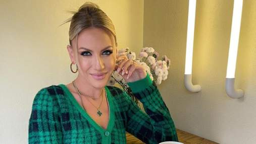 Леся Никитюк позировала в черно-зеленом свитере и мини-юбке: фото осеннего образа