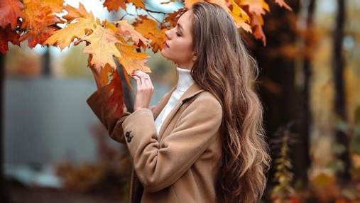 Дружина Дмитра Комарова позувала в коричневому пальті: фото осіннього образу