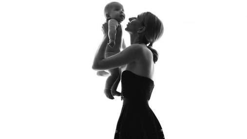 Жена Виктора Павлика позировала в чувственной фотосессии с 4-месячным сыном