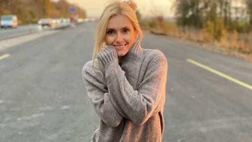 Ирина Федишин в свитере и брюках позировала на дороге: фото осеннего образа