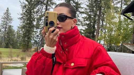 Хейли Бибер показала, как выглядит комфортная осенняя куртка: модный образ
