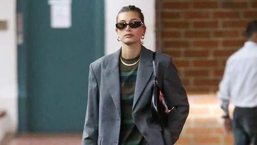 Как носить осенью серый костюм: модный пример показывает Хейли Бибер