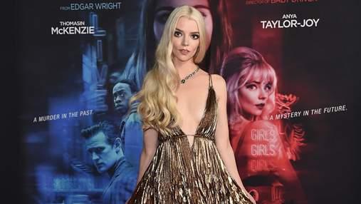 Аня Тейлор-Джой вийшла на червону доріжку в металево-золотій сукні з глибоким розрізом: фото
