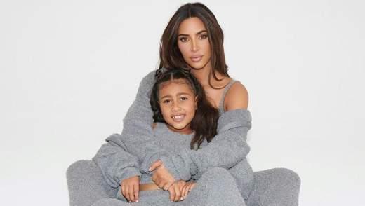 Ким Кардашян снялась с дочерьми для рекламы коллекции одежды: трогательные семейные фото