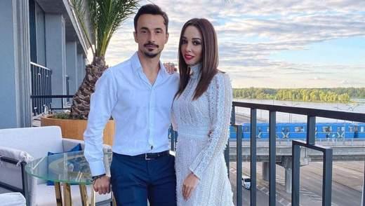 Возле сияющих гирлянд: Екатерина Кухар очаровала сеть фото с мужем