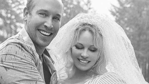 Мы не вылезаем из постели с Рождества: Памела Андерсон откровенно рассказала о шестом браке