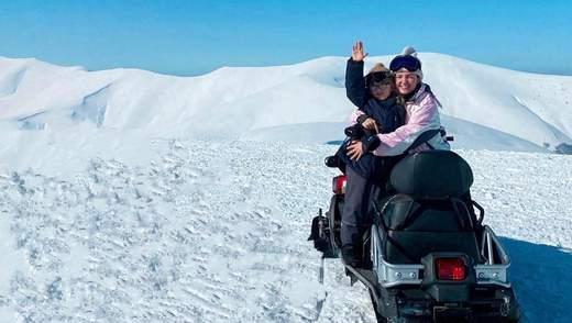 Оля Цибульская показала, как отдыхает в заснеженных горах с сыном и мужем: милые фото